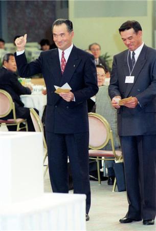 プロ野球ドラフト会議で松井秀喜を引き当てる長嶋茂雄