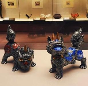 大英博物館に所蔵展示された小松美羽の有田焼の狛犬の作品