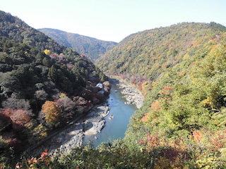 嵐山の展望台から見た紅葉スポットの景色