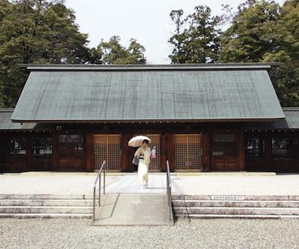 滋賀県護国神社の拝殿と着物美人
